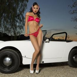 Pin Up: красивая девушка и белый ретро авто